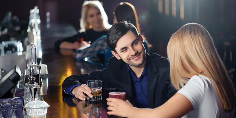Dosť bolo internetových zoznamiek, ide sa hľadať láska do baru!