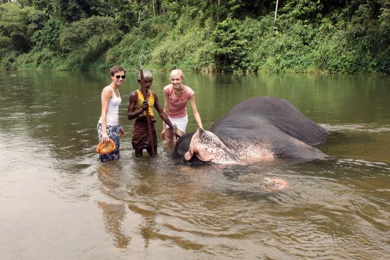 Srí Lanka - Kúpanie so slonom