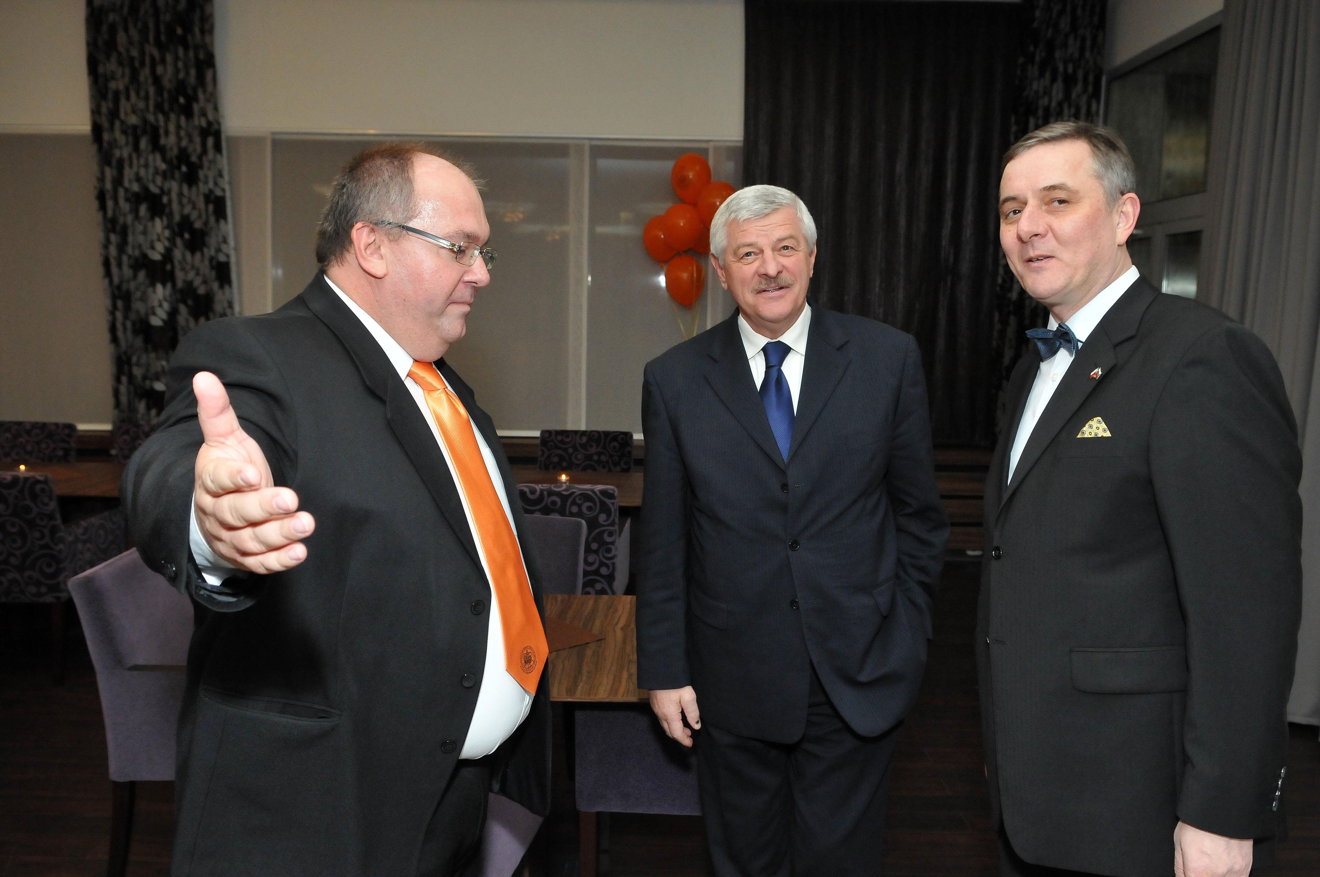 Zľava: dekan FSV Peter Horváth, trnavský župan Tibor Mikuš a poľský veľvyslanec Tomasz Chloń