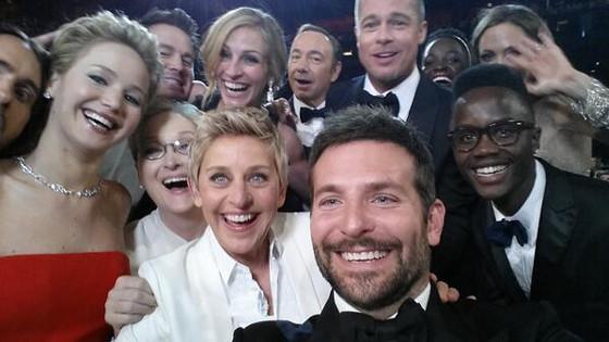 """Skupinová """"selfie"""" z odovzdávania Oscarov sa stala najúspešnejšou fotkou internetu."""