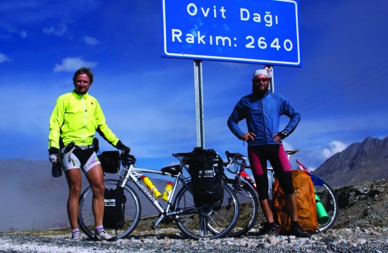 Karol stretol Helmuta počas svojej cesty a bicyklovali spolu 4 mesiace