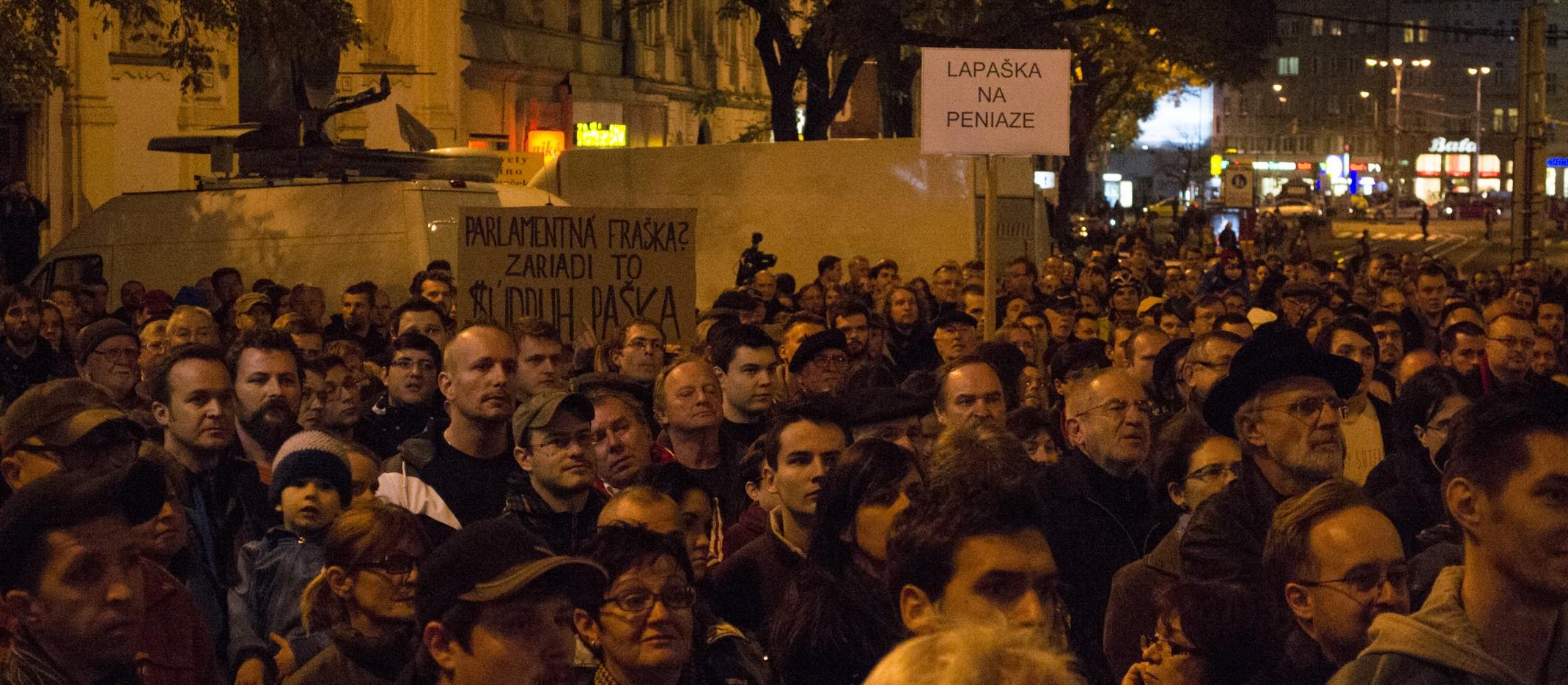 FOTOREPORTÁŽ: Námestie SNP po 25 rokoch opäť plné protestujúcich. Žiadajú odvolanie Pašku