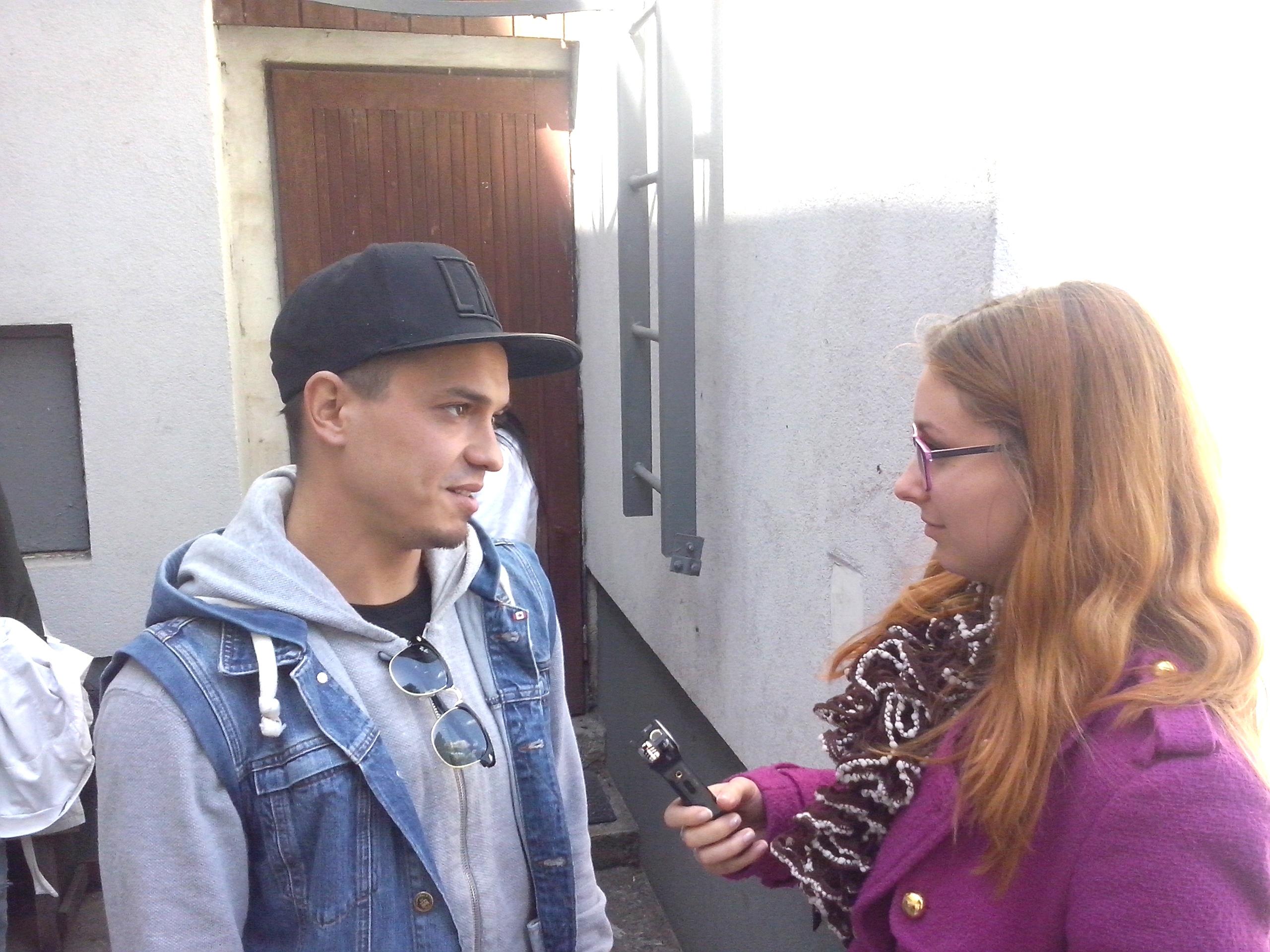 Po prednáške sa Michal Nemtuda, Johny Mečoch a Osťo vonku ešte rozprávali so študentmi. Foto autor