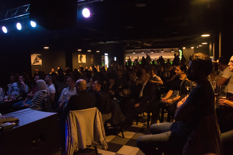 V Music a Café bolo plno, účinkujúci divákov dobre bavili