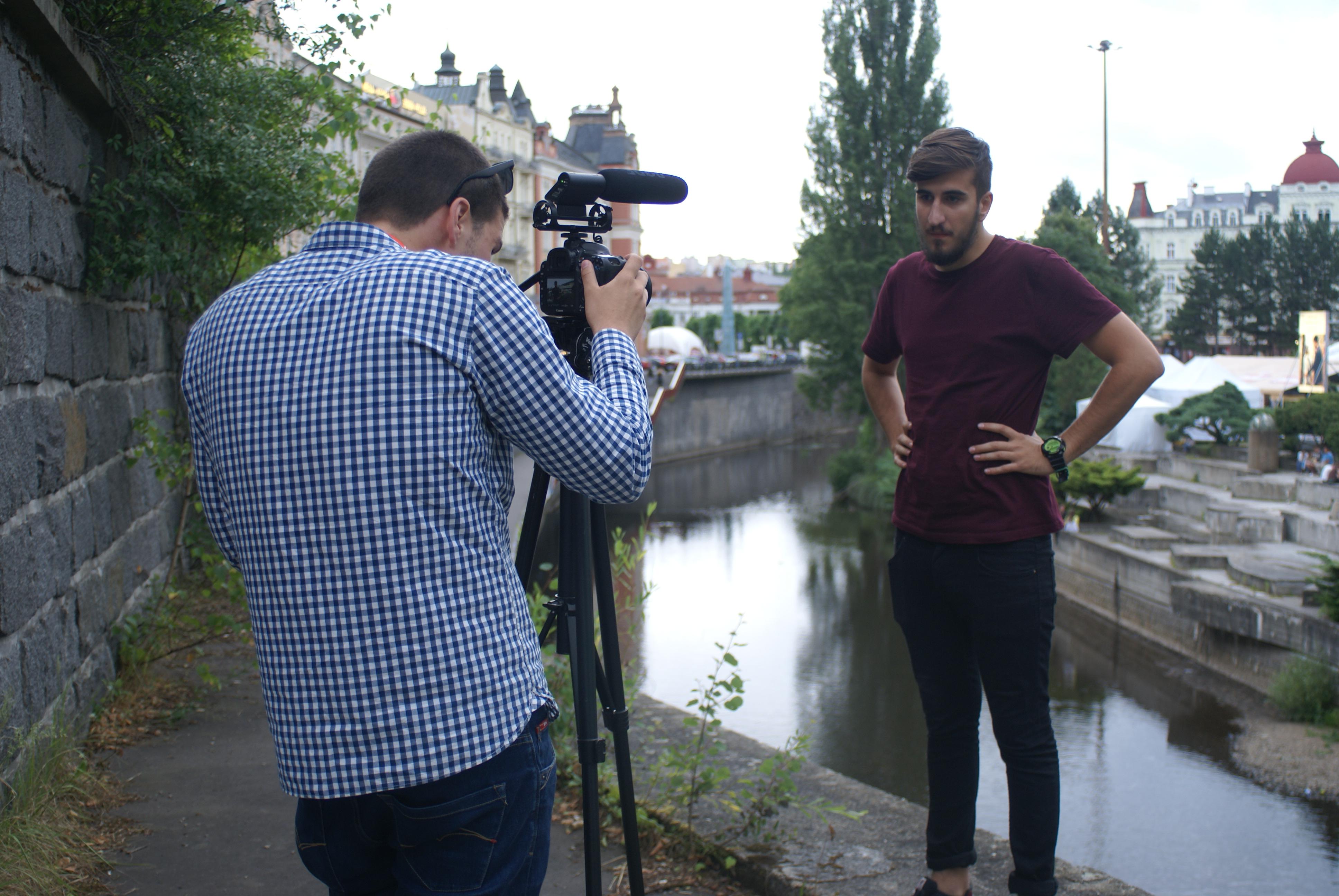 Chalani počas natáčania svojho seriálu o filmových premiérach z MFF KV.