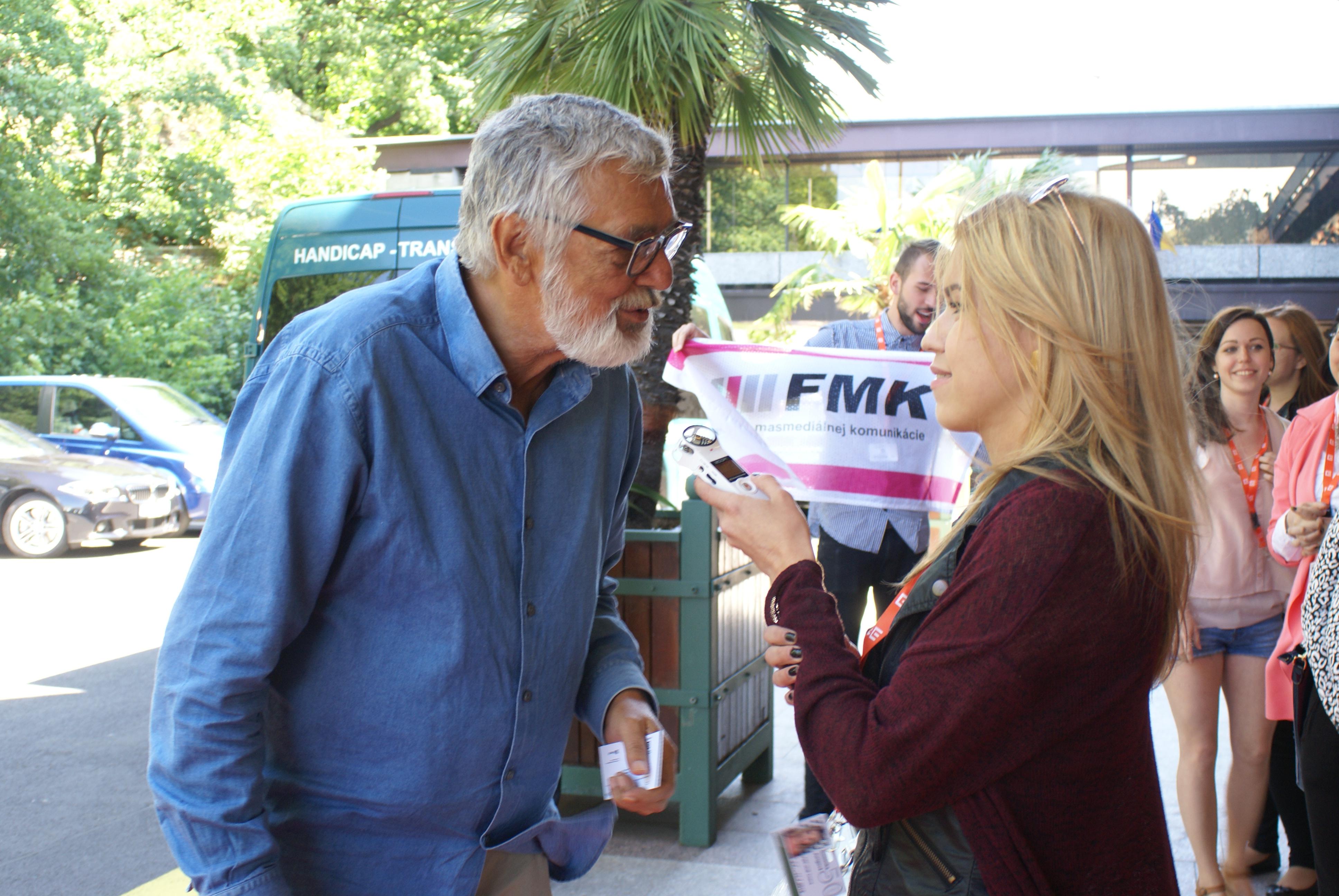 Počas rozhovoru s Jiřím Bartoškom.