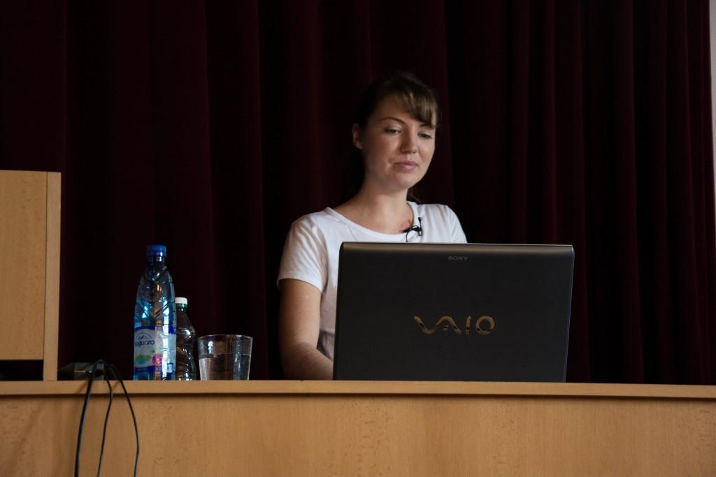 Ivana Pacoňová počas prezentácie o copywriterovi