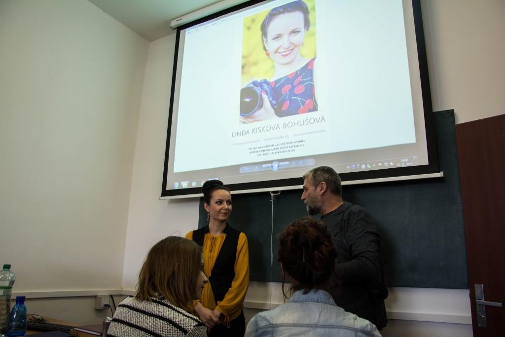 Linda K. Bohušová počas prezentácie reklamná a produktová fotografia