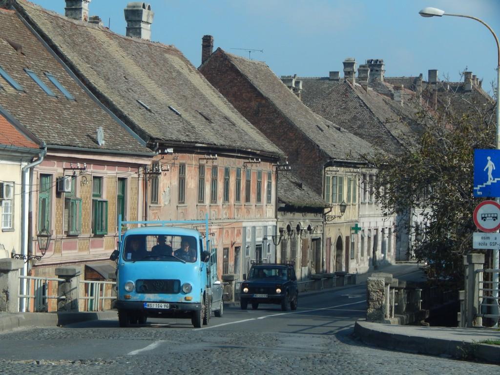 Stará ulička neďaleko Petrovaradinu dýcha históriou.