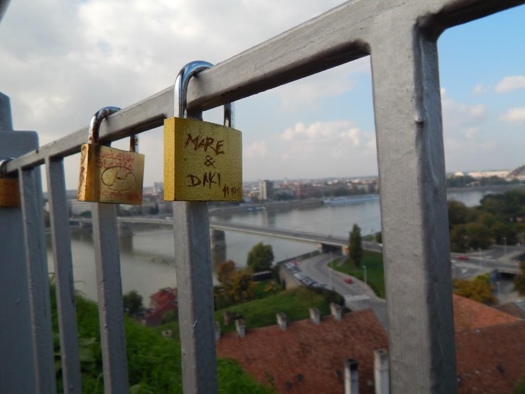 Zámky, ktoré je možné zakúpiť na Petrovaradinskej Tvrdjave, sú symbolom večnej lásky. Uzamknúť si ich tu navždy môžete aj vy.
