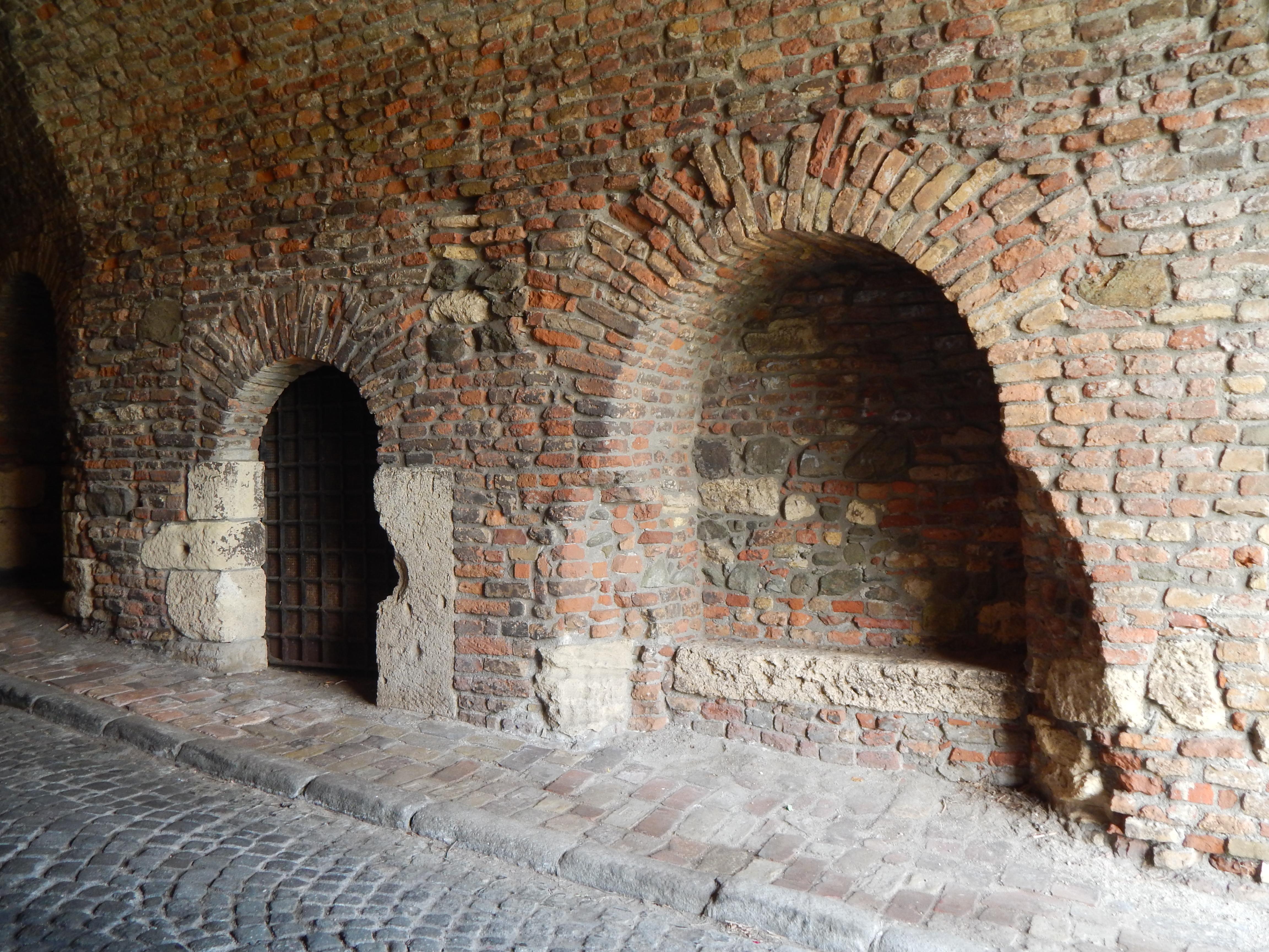 Zachovalé hradby a podzemné chodby Petrovaradinskej tvrdjavi sú zaujímavým miestom pre turistov.