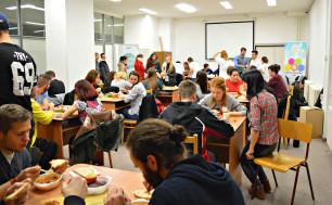 Miestnosť bola zaplnená hladnými študentmi