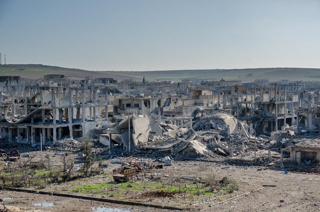 Spomínané mesto Kobane po bombardovaní.