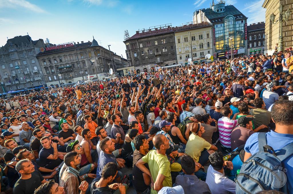 Utečenci pred železničnou stanicou Keleti v Budapešti.