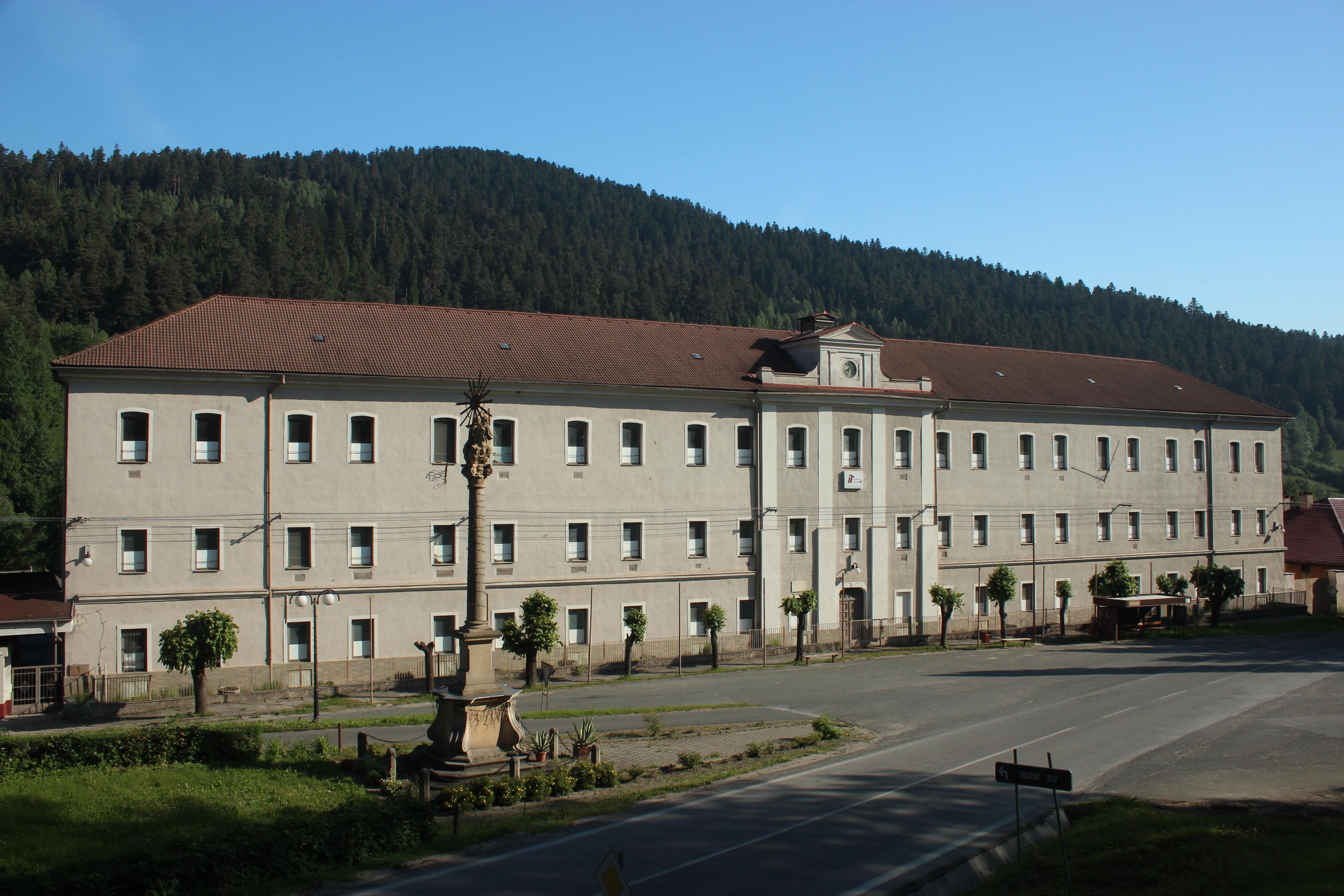 Banská história obce Smolník siaha až do 11. storočia. Bývalá tabaková továreň ako jedna z mála budov ešte stále stojí.