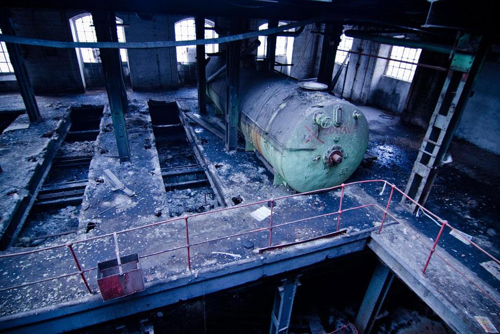 Cukrovar v Trnave zavreli v roku 2005, no melasa lepí na podlahe ešte aj dnes.