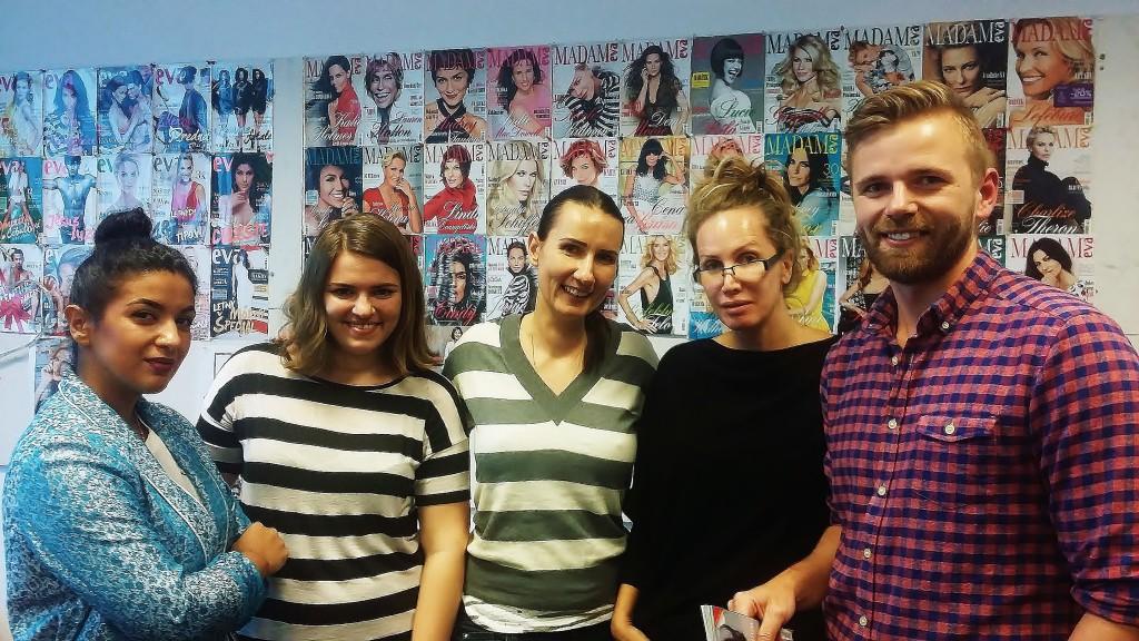 Pri originálnej titulkovej koláži s redaktorkou módy (prvá zľava), s vedúcou redaktorkou publicistiky (v strede) a šéfredaktorkou Evy (druhá sprava)