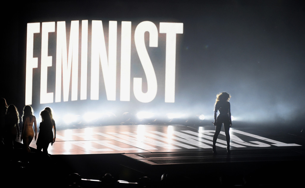 Beyoncé na svojom koncerte s veľkým nápisom FEMINISTKA v pozadí
