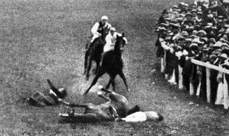 Britská sufražetka Emily Davisonová sa na znak protestu vrhla pod kráľovho koňa a zahynula