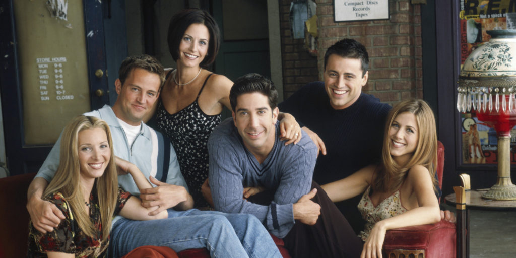 Snáď všetci poznáme Priateľov. Je to jeden z njznámejších seriálov vôbec. Milovníčka módy Rachel, poriadkumilovná Monica, strelená Phoebe, paleontológ Ross, ironický Chandler a nádejný herec Joey.