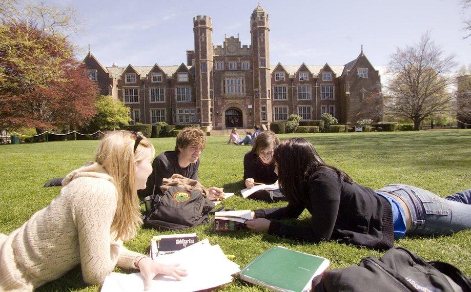 Erasmus doma a v zahraničí – ako študenti vnímajú školy?