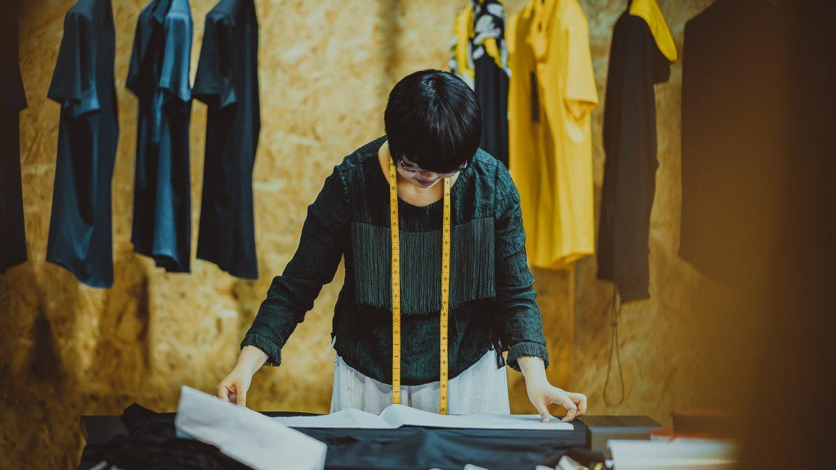 Fakty o fast fashion: Pri výrobe bavlneného trička sa minie toľko vody, koľko by vystačilo pre jedného človeka na 900 dní