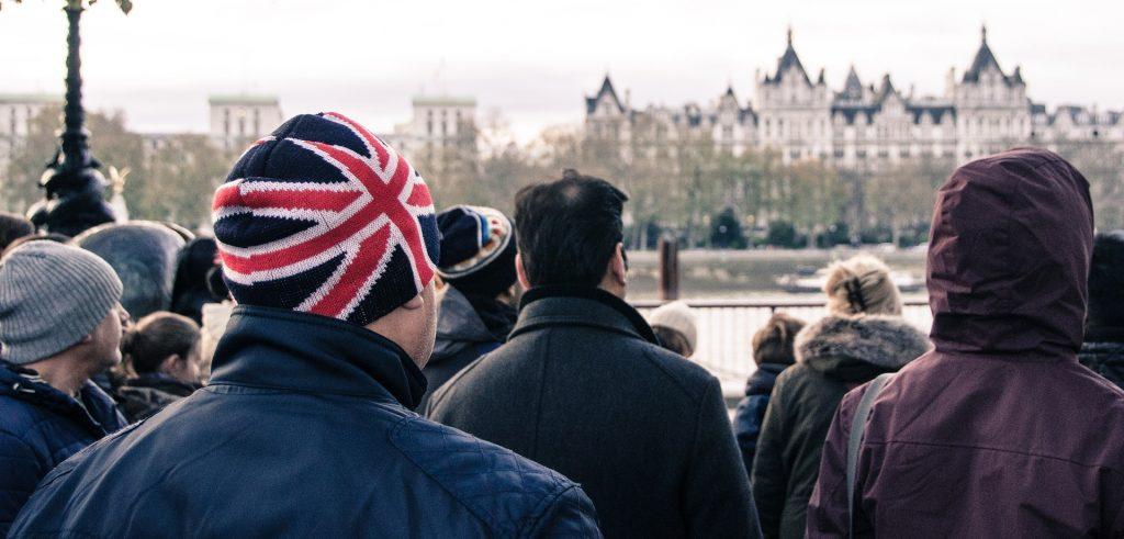 Muž v čiapke s anglickým vzorom