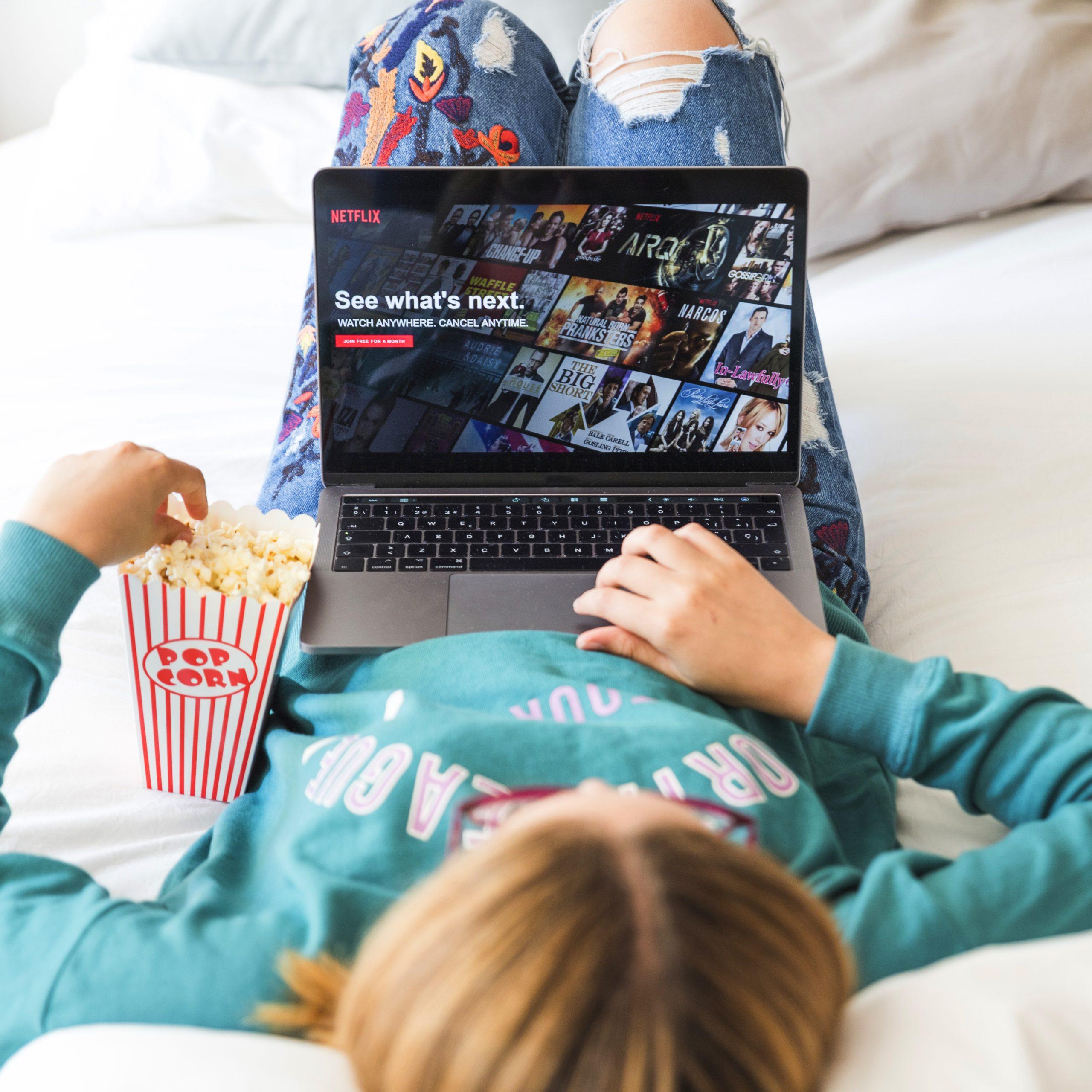Využite čas a relaxujte pri dobrom seriály alebo filme. Zdroj: https://www.freepik.com