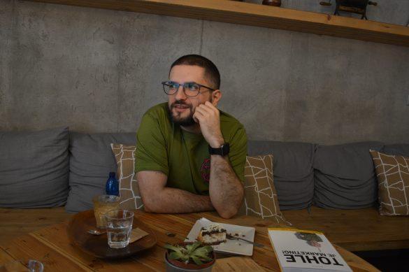 Tony Dúbravec pri rozhovore