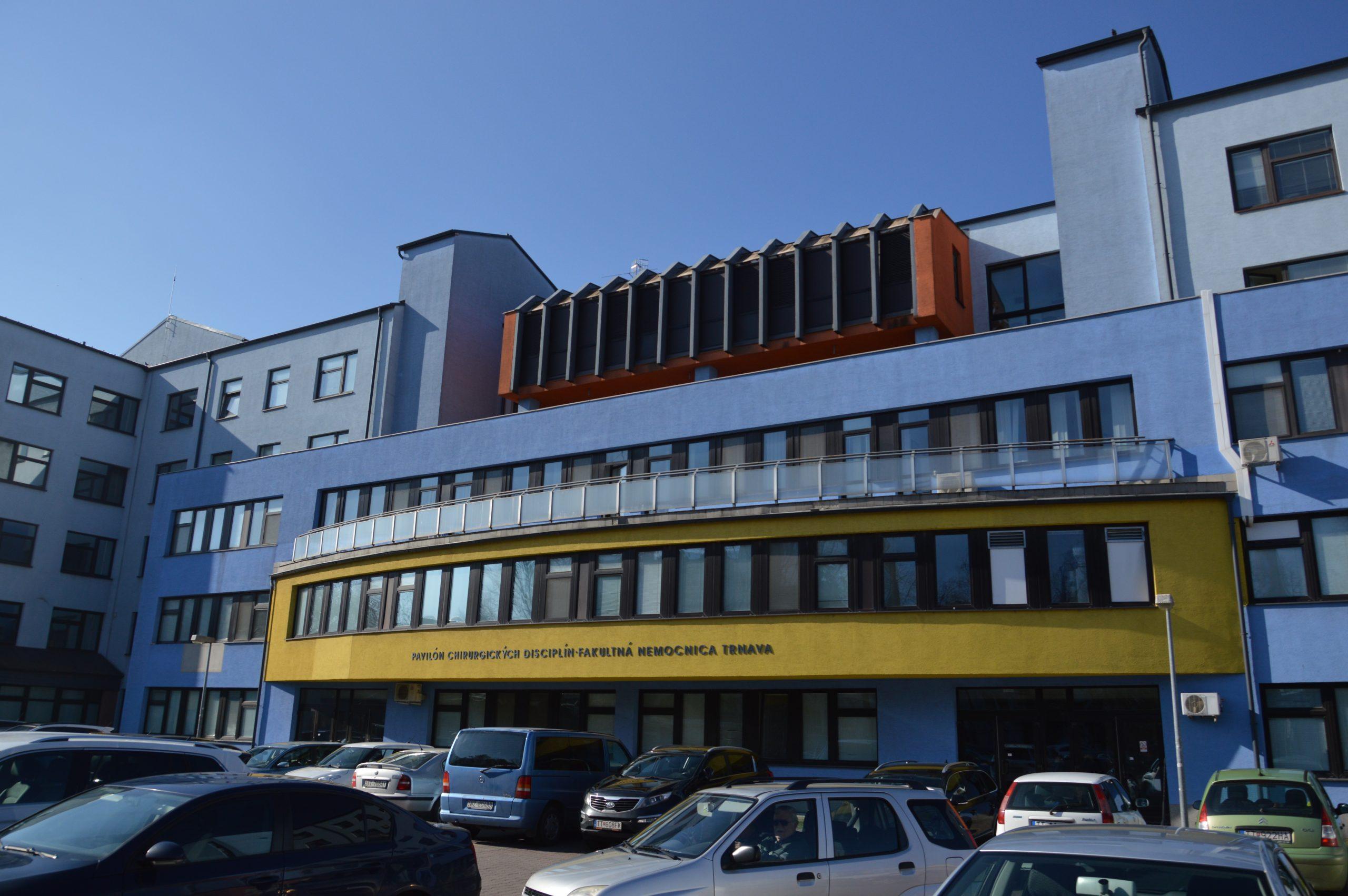 Vstupná časť do Pavilónu chirurgických disciplín Fakultnej nemocnice v Trnave.