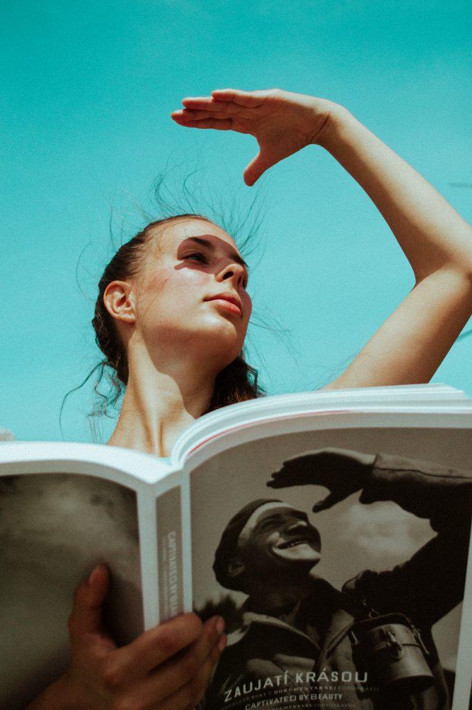 Pohľad a postoj pána na obálke knihy preniesol fotograf Marcel Nagy aj na modelku.