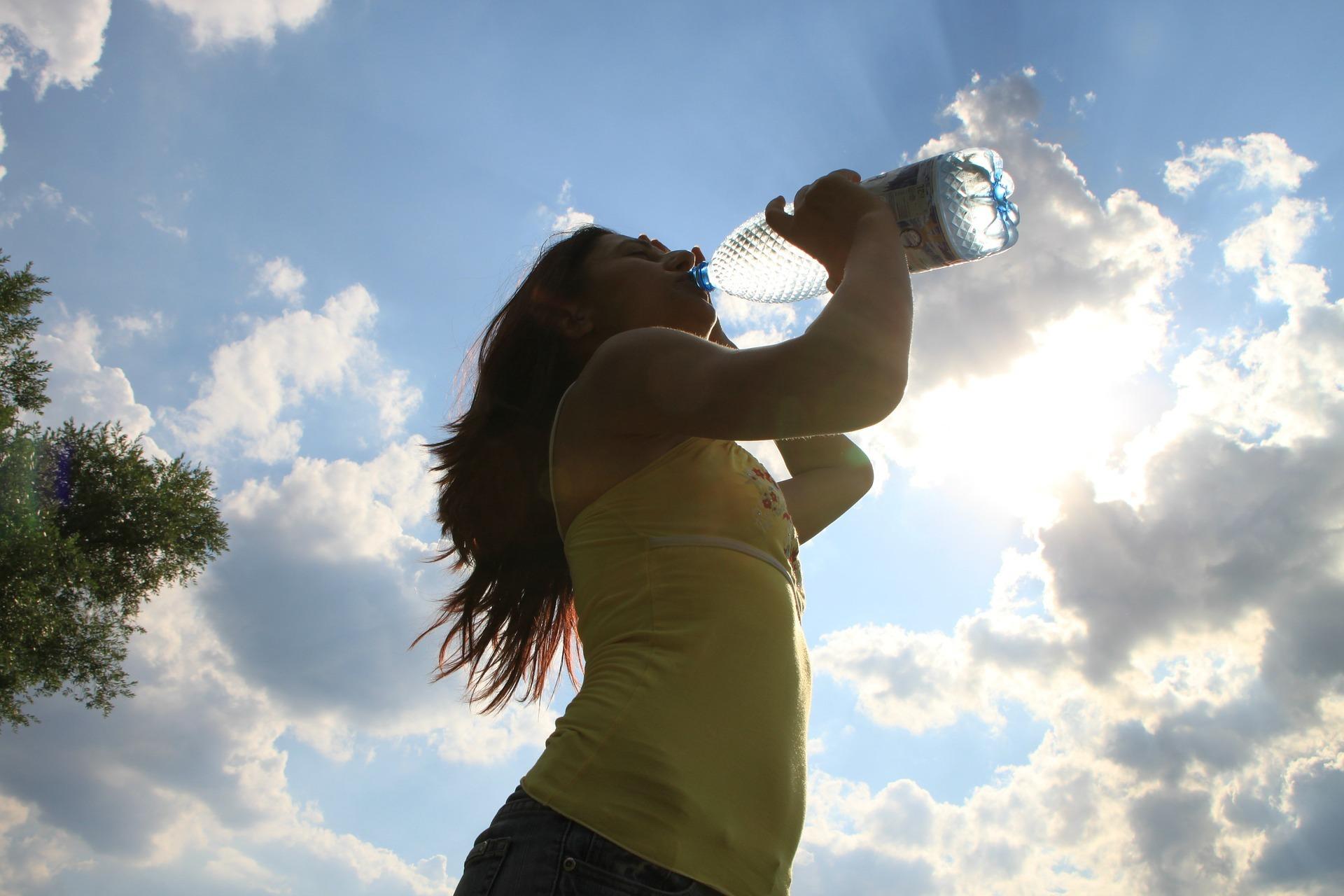 pitie vody slnko obloha leto žena