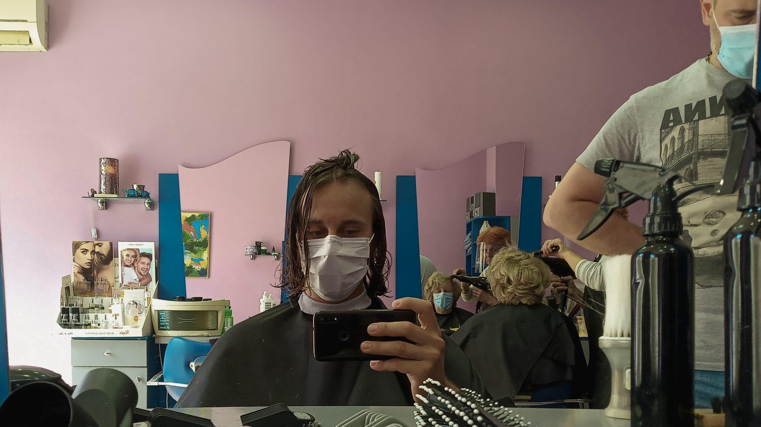 Fotím seba v zrkadle u kaderníka, bolo to vtipné strihanie s tým rúškom.