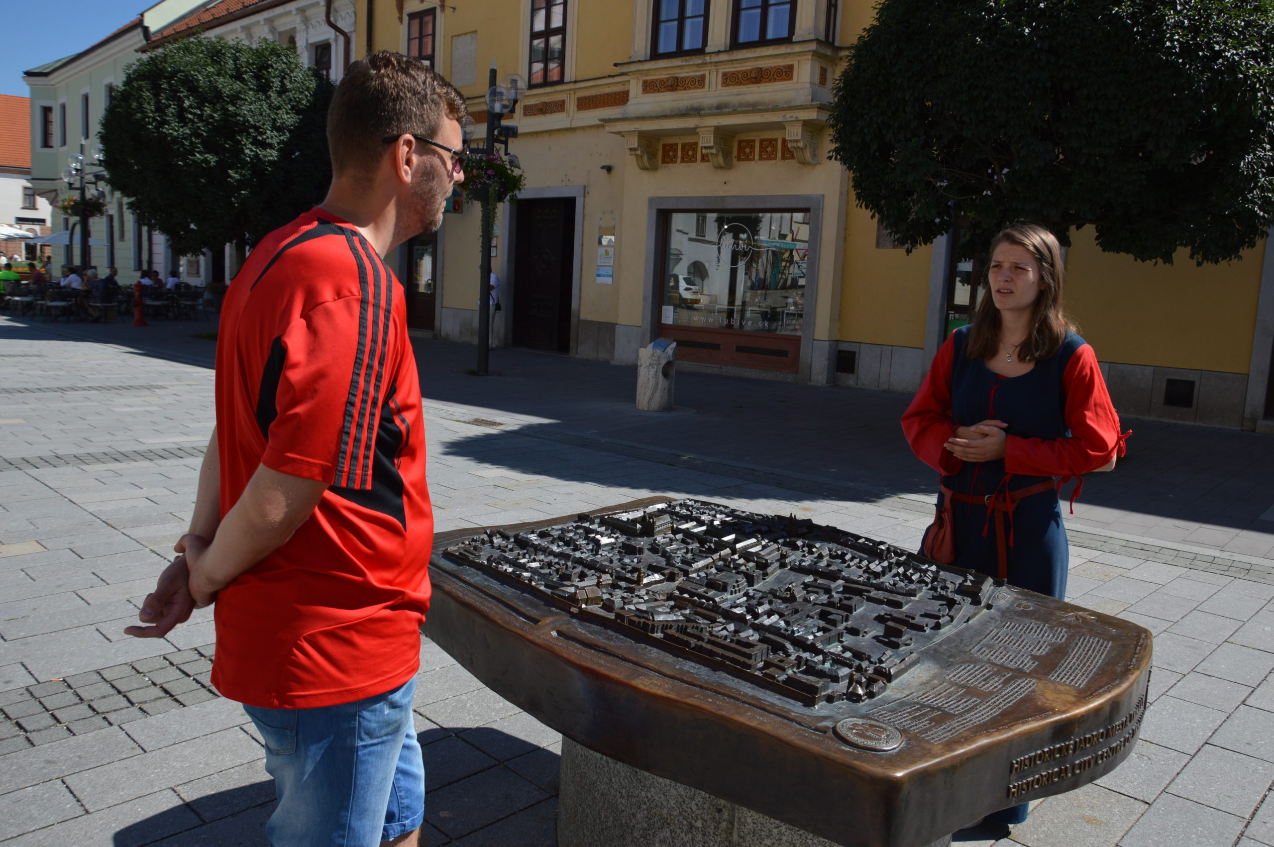 Časť prehliadky pri makete historického centra Trnavy.