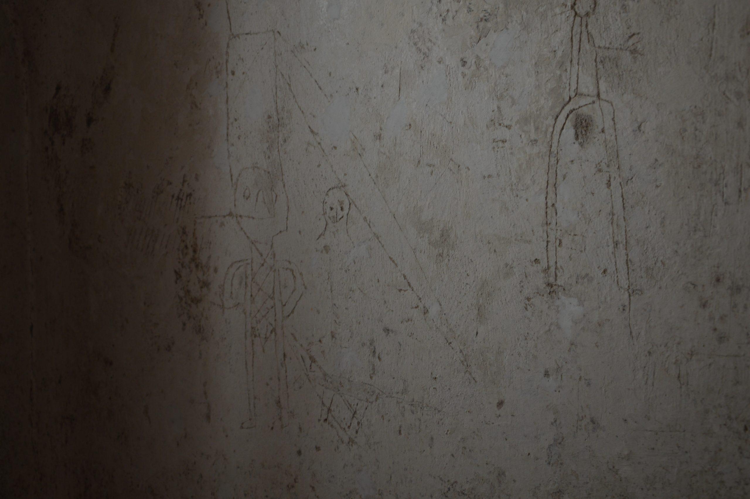 Obrázky väzňov v jednej zo zachovaných ciel väznia v Trnavskej radnici.