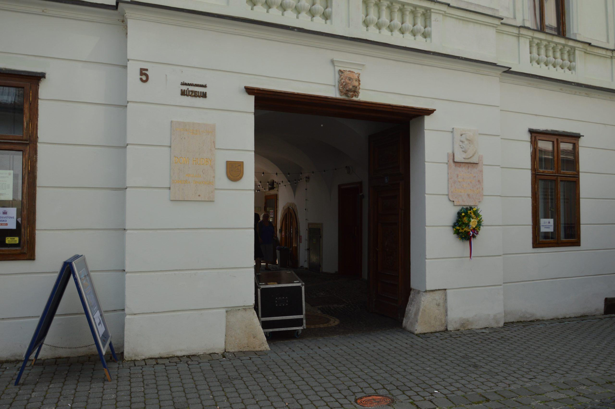 Vchod do Domu hudby v Trnave.