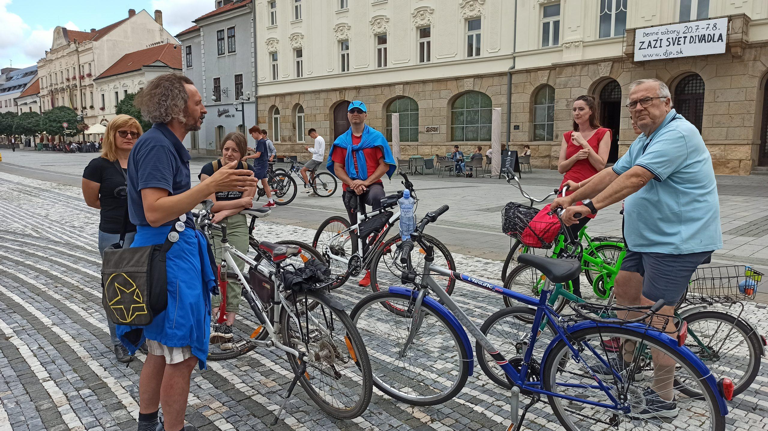 Začiatok cykloprehliadky pred Mestskou vežou v Trnave. Zdroj: Daniel Bíro