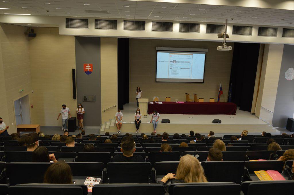 Študenti sledujúci prezentáciu doktorky Gracovej. Dozvedeli sa potrebné úvodné informácie o živote na našej fakulte. Zdroj: Daniel Bíro