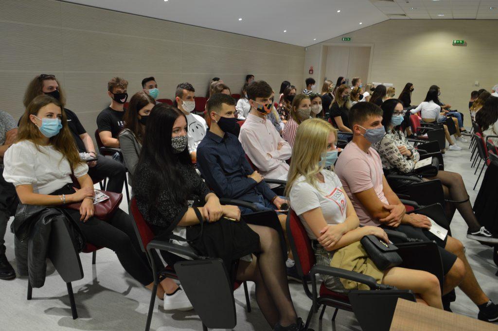 Časť študentov bola vďaka opatreniam umiestnená v menšej prezentačnej miestnosti Auly na Bučianskej ulici. Zdroj: Daniel Bíro