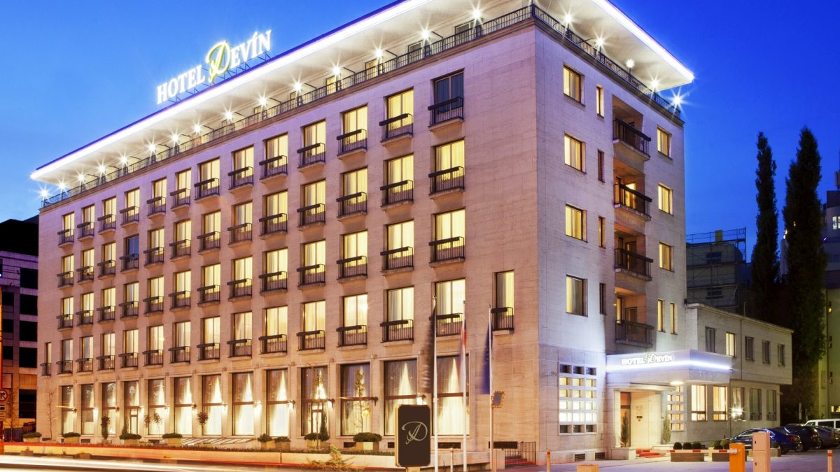 Emil Belluš projektoval aj budovu štvorhviezičkového hotela Devín v Bratislave. Zdroj: hoteldevin.sk