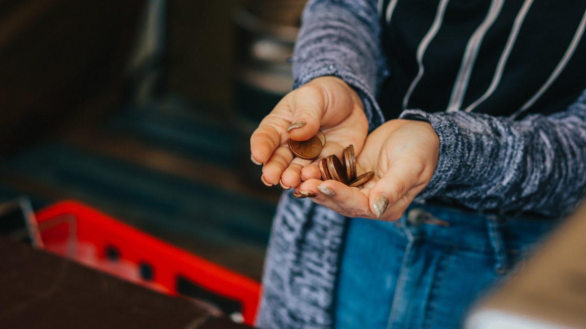 Vyradenie mincí z obehu podporuje čoraz viac Slovákov. Ako to ovplyvní charity a bezdomovcov?