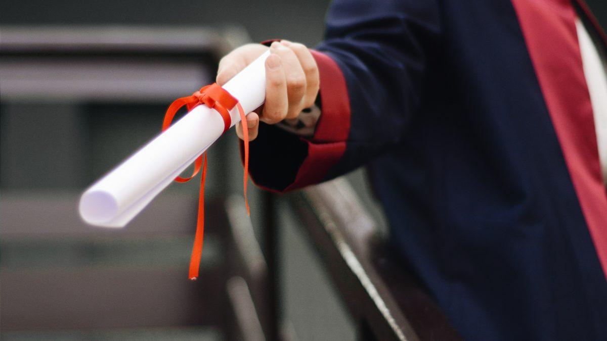 Študentská rada vyzýva politikov, aby sa dobrovoľne vzdali titulov. Nový zákon im to umožňuje