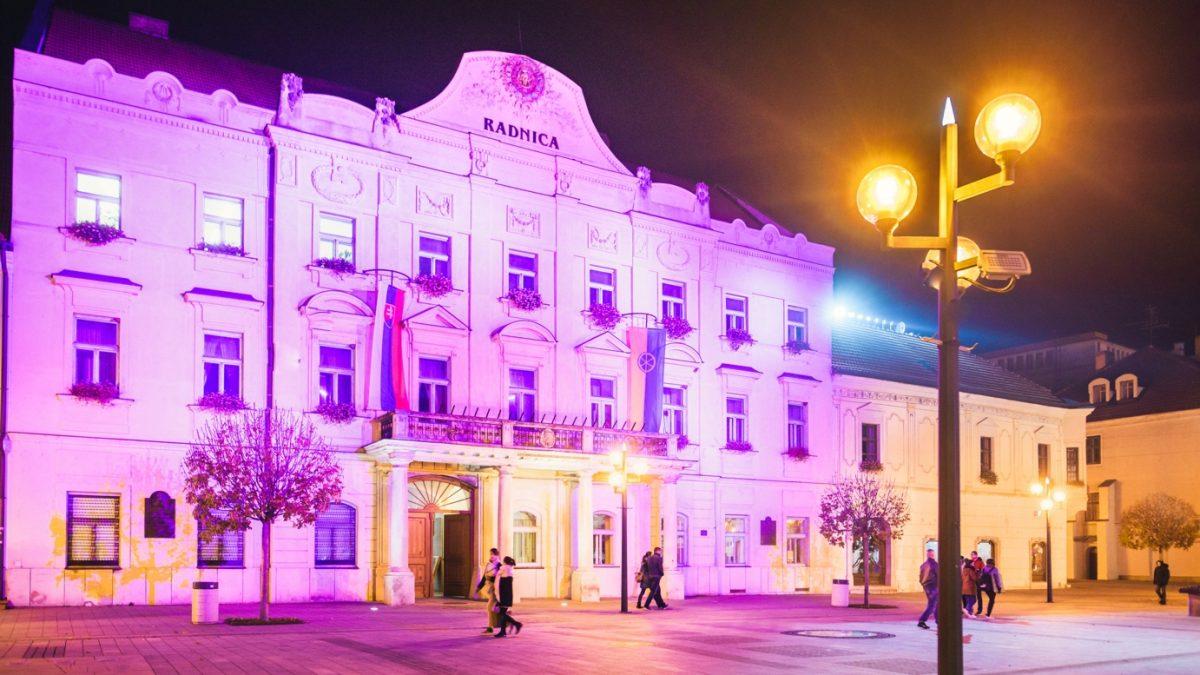 Trnavská radnica sa zahalila do farieb, 17. novembra bude purpurová. Čo to značí?