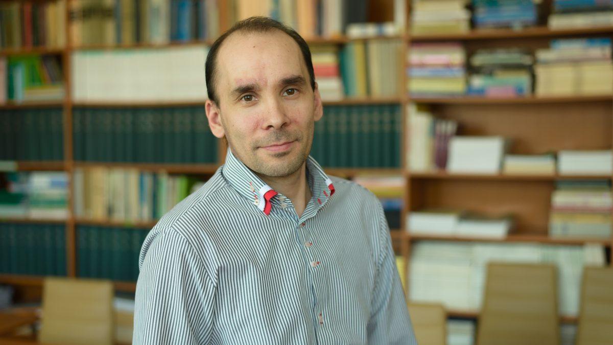 Chémia je jednoducho úžasná, hovorí novovymenovaný profesor v odbore anorganická chémia Ján Titiš