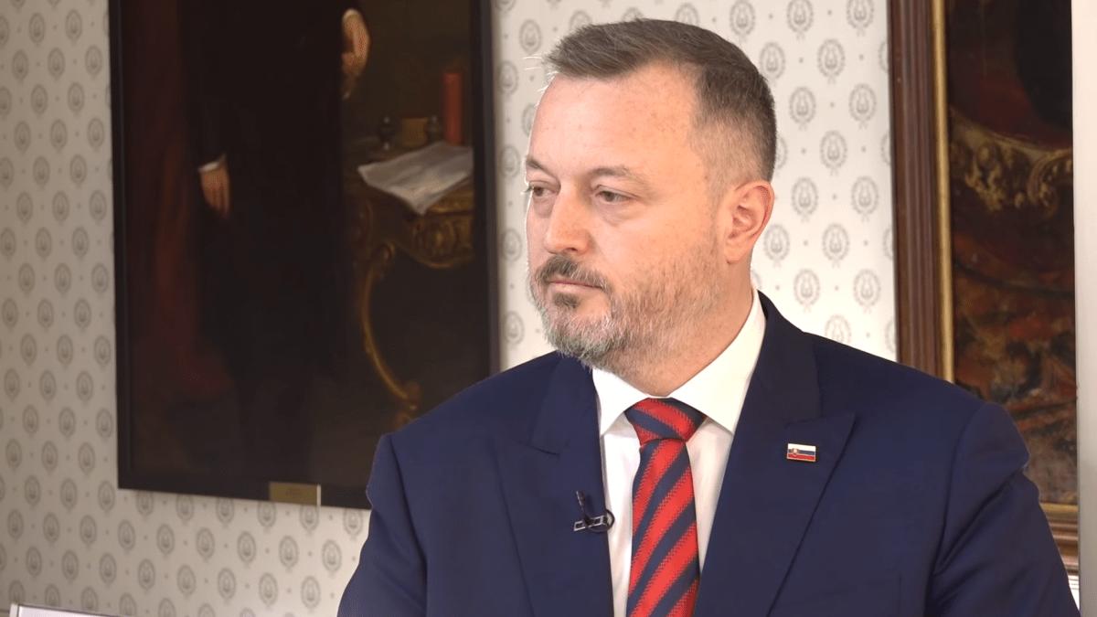 Komentár: Minister Krajniak chce otvoriť kostoly a čakať na spasenie