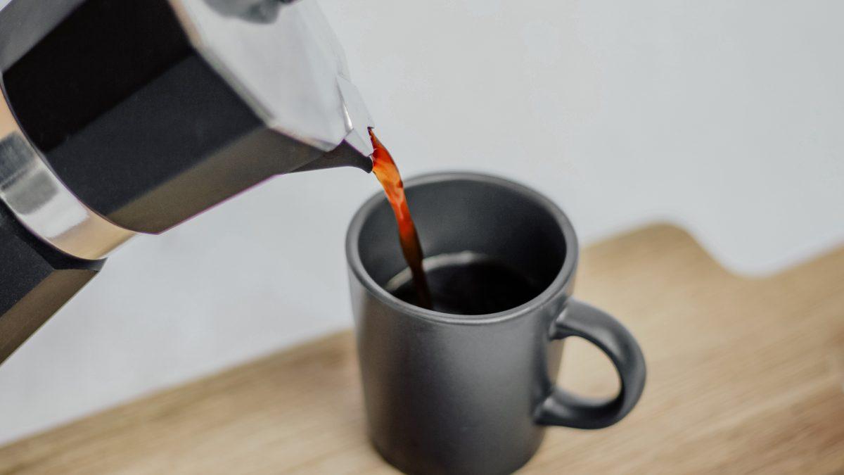 Za deň by sme nemali vypiť viac ako štyri espressá, hovorí barista Chlpek. Kofeín môže byť pre človeka toxický