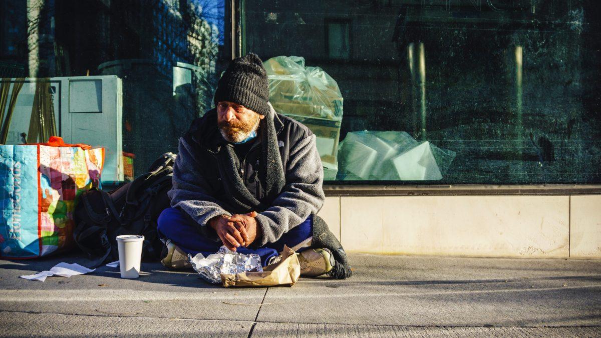 Pokutovanie ľudí bez domova by malo byť minulosťou, polícia bude na prípady prihliadať individuálne