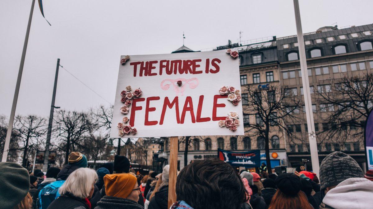 Komentár: Prečo by Medzinárodný deň žien nemal byť len o kytici a čokoláde?